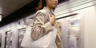 電車通勤する女子