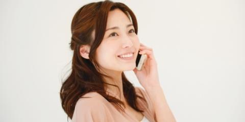 電話をかけて仕事中の女子