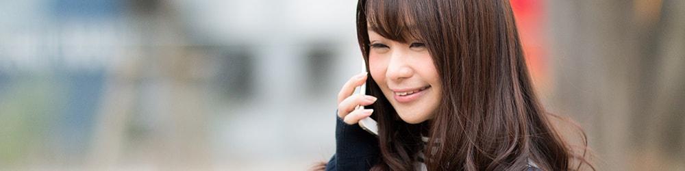 電話で談笑する女性